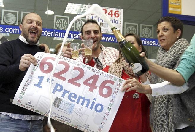 Celebrando premio de lotería de navidad